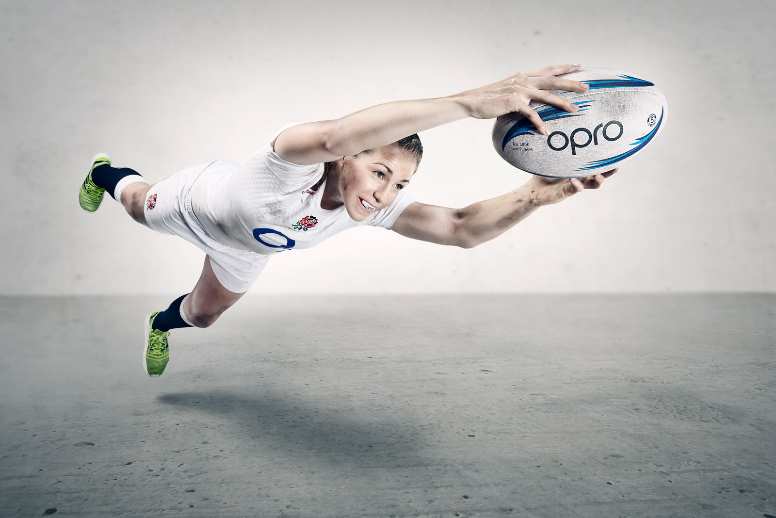 Emily Scarratt diving with the ball