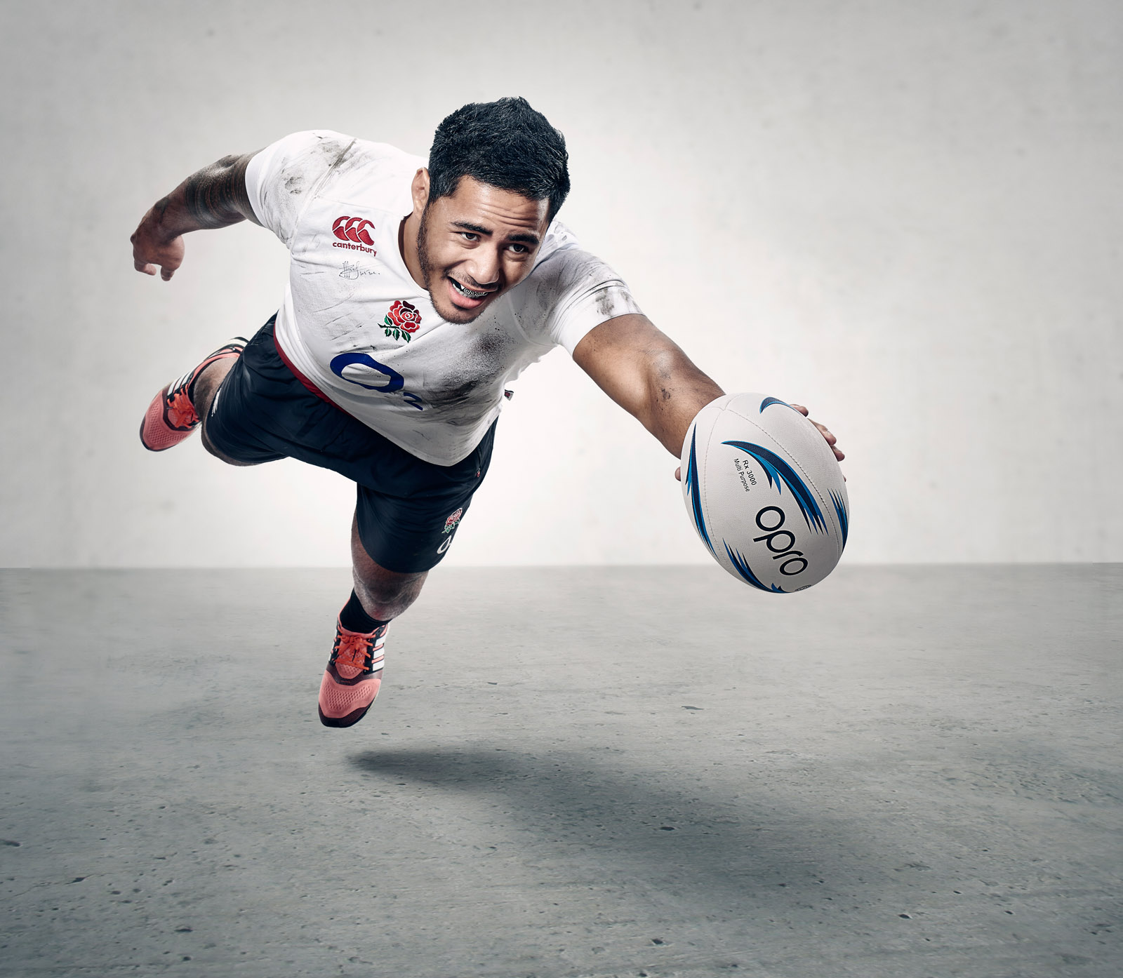 Manu Tuilagi diving with the ball